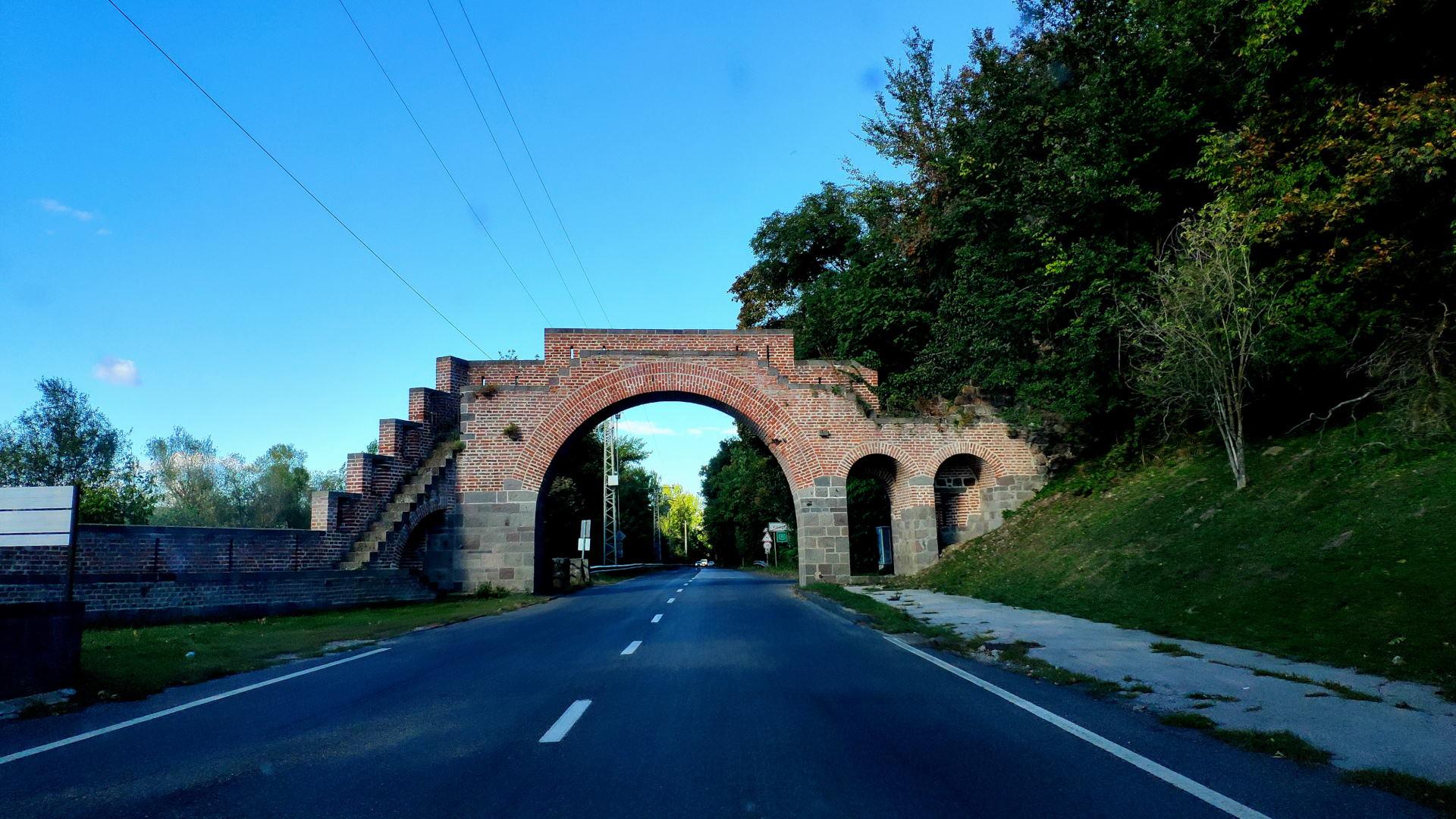 híd az út felett